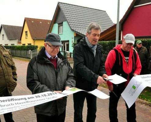 Bürgermeister Peter Müller mit Anwohner Horst Lengert und einem Vertreter der Baufirma