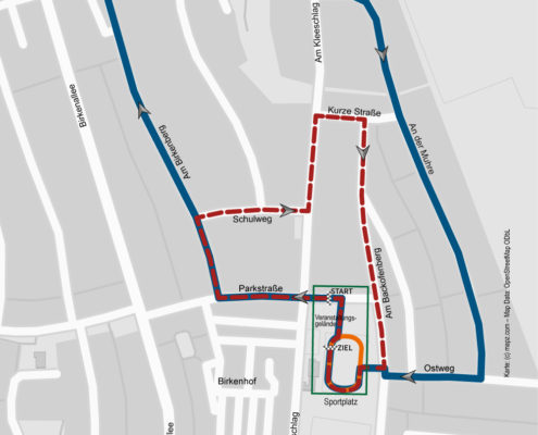 Streckenführung zum 39. Leegebrucher Straßenlauf 2017: Bambini-Lauf (ca. 500 m) über die Rundbahn des Sportplatzes (orange Strecke) // Kinderläufe (rot gestrichelte Strecke): kurze Strecke über 1,4 km (1 Runde), lange Strecke über 2,8 km (2 Runden) // Hauptlauf über 11,5 km (5 Runden), Volkslauf und Walking über 4,7 km (2 Runden) (blaue Linie)