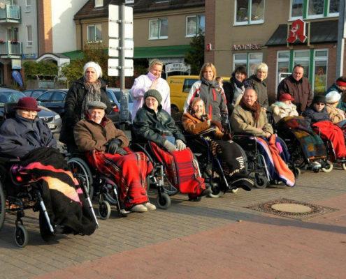 Seniorinnen und Senioren beim Karnevalsumzug am 11. November (Foto: Hajo Eckert)