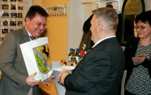 Martin Rother überreicht Geschenk an HGBV-Vorsitzenden Bernd Fischer (Foto: Hajo Eckert)