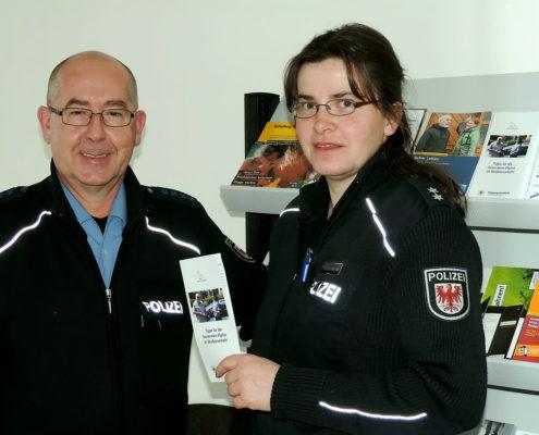 Revierpolizisten Armin Kaiser und Anja von Grzymala (Foto: Hajo Eckert)