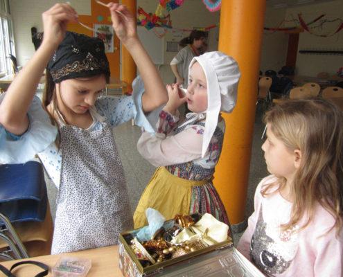Theaterkinder verkleiden sich (Foto: Ute Hartmann)