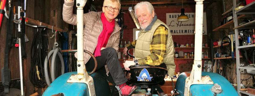 Ingrid Schleusener mit Bernd Heinzeller, ihrem Lebenspartner, der den Hanomag auf Vordermann bringen will. (Foto: Liane Protzmann)