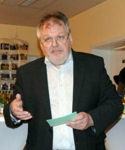 Wolfram Richter begrüßt die Gäste des Empfangs und erinnert an 20-jährige Vereinsgeschichte (Foto: Hajo Eckert)
