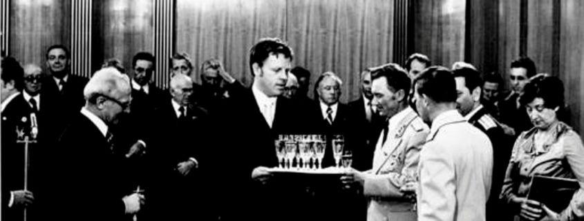Lothar Herzog (Mitte) bediente im Staatsratsgebäude zu DDR-Zeiten bei Empfängen. (Foto: Archiv)