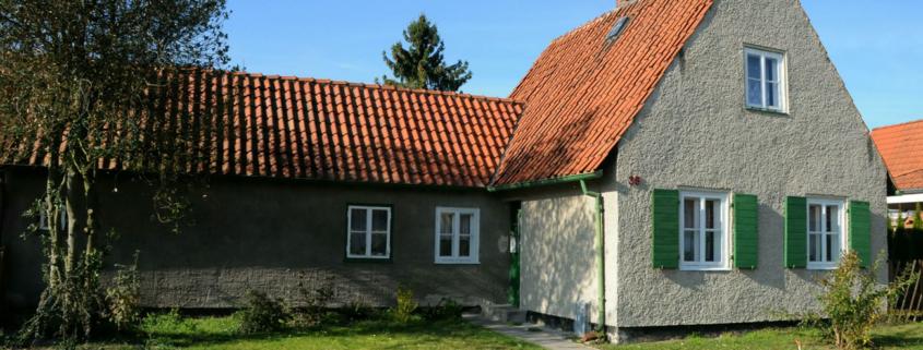 Birkenallee 35: Das Hauszeichen soll aber an der Frontseite angebracht werden, so wie oben es Britta und Jörgen Zumker zeigen. (Foto: Liane Protzmann)