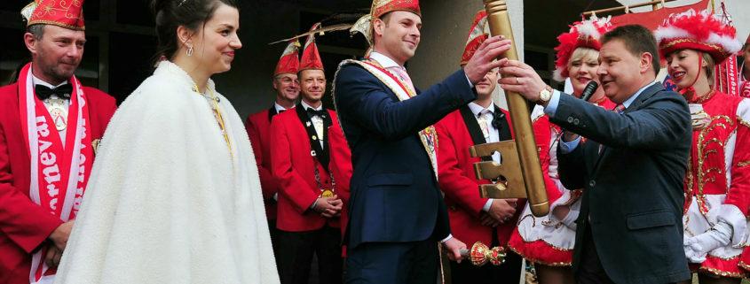 symbolische Übergabe des Rathausschlüssels an das Prinzenpaar des CCL (Foto: Hajo Eckert)