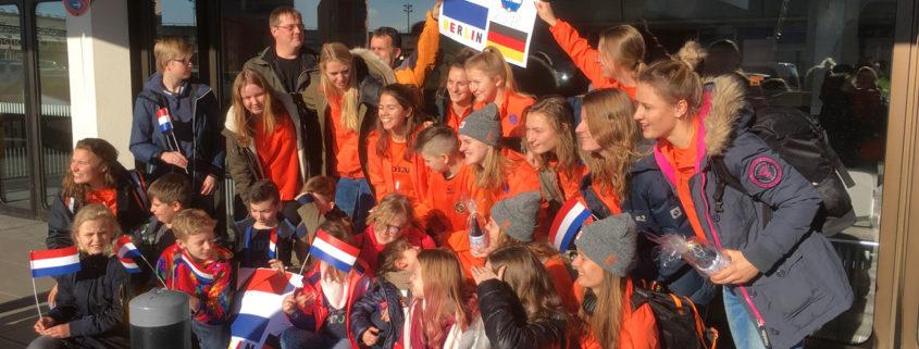 Oberhaveler Hockey-Kids begrüßen die Damen der holländischen WM-Nationalmannschaft am Flughafen Tegel (Foto: privat)