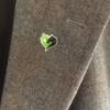 Ansteck-Pin mit dem Leegebruch-Herz. Butterfly-Verschluss. ca. 1,8 cm hoch, Ansicht auf Stoff