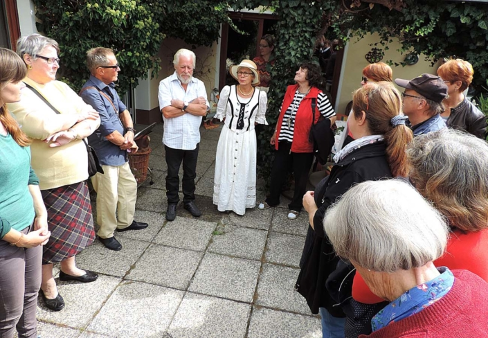 Dorfstraße 1: Ingrid Schleusener (mitte) und Bernd Heinzeler (links danaben) begrüßten die Gäste auf ihrem historischen Bauernhof. (Foto: hajo)