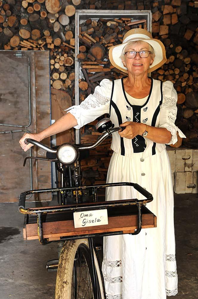 Dorfstraße 1: Ingrid Schleusener in historischem Bauerndirndl (Foto: hajo)