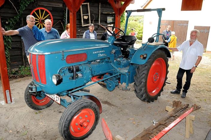 Dorfstraße 1: Der alte Traktor vom Typ Hanomag (Foto: hajo)