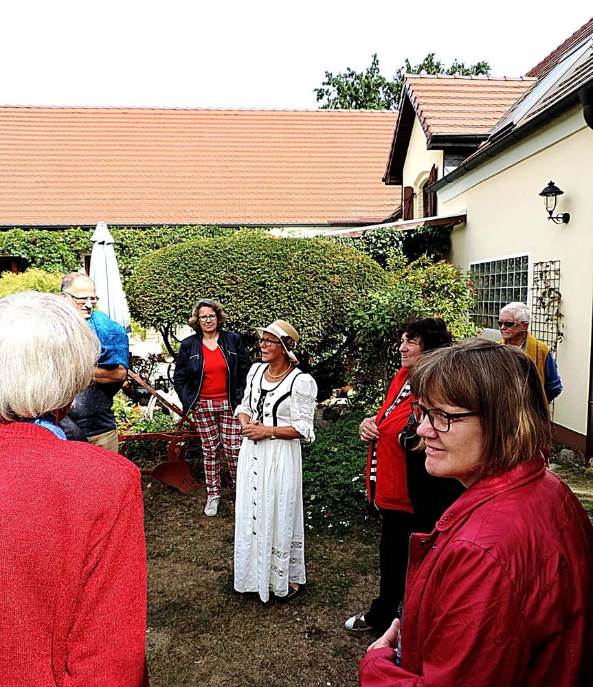 Dorfstraße 1: Ingrid Schleusener begeisterte ihre Gäste mit ihren Erzählungen über die Geschichte des Hofes. (Foto: hajo)