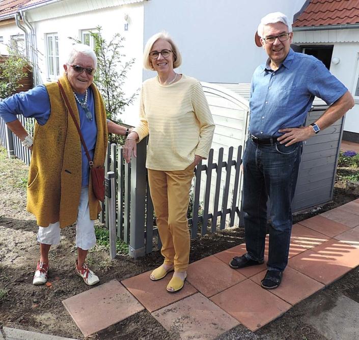 Straße der Jungen Pioniere 14: Die Gastgeber mit LJ-Redakteurin Liane Protzmann, Ideengeberin und Initiatorin des Rundgangs (Foto: hajo)