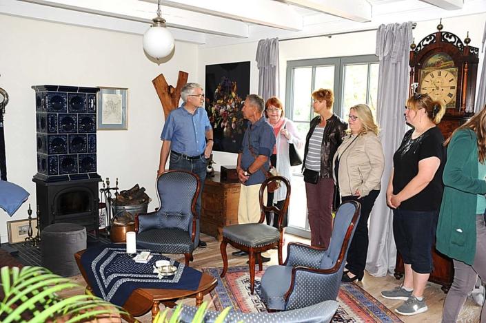 Straße der Jungen Pioniere 14: Dietrich Dorn erläutert die Umbauarbeiten (Foto: hajo)