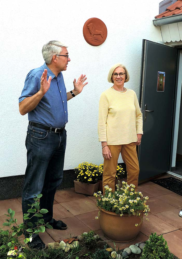 Straße der Jungen Pioniere 14: Die Eheleute Dietrich und Annette Dorn-Baltes begrüßen die Teilnehmer des Rundganges (Foto: hajo)